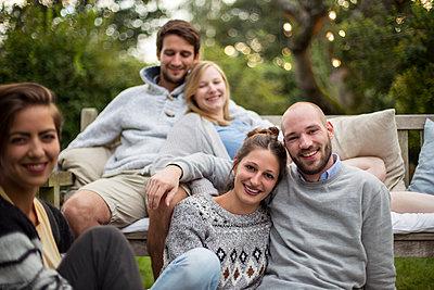 Freunde posieren für Gruppenfoto im Garten - p788m1165284 von Lisa Krechting