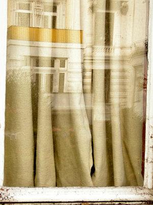 Fensterspiegelung mit Vorhang - p9792542 von Klueter
