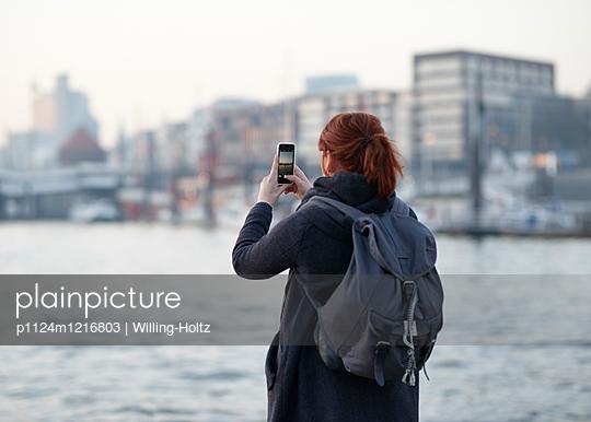 Frau fotografiert die Landungsbrücken - p1124m1216803 von Willing-Holtz