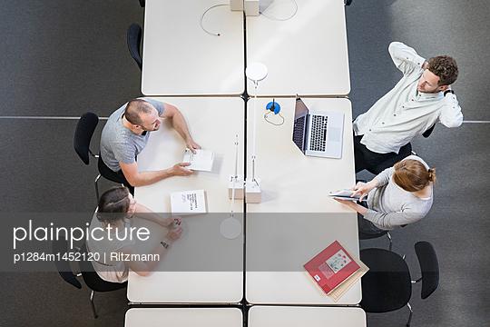 Vier Personen in einem Start-up Meeting  - p1284m1452120 von Ritzmann