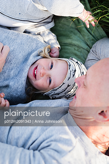 Happy girl with father - p312m2091343 by Anna Johnsson