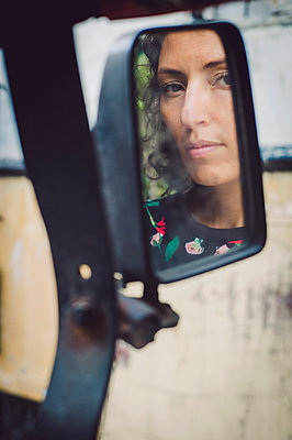 Reflection of a woman in side view mirror - p1150m2158831 by Elise Ortiou Campion