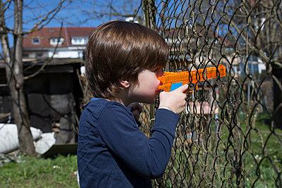 Kind mit Wasserpistole - p1308m1332372 von felice douglas