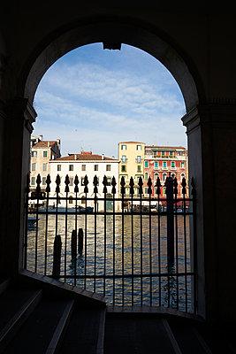 Torbogen in Venedig - p1312m1575168 von Axel Killian