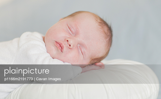 Newborn baby boy sleeping up close - p1166m2191773 by Cavan Images