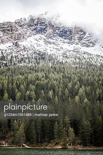 Wolkenverhangener Gipfel am See - p1234m1051489 von mathias janke