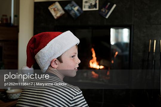 Junge am Weihnachtsabend - p1262m1198417 von Maryanne Gobble