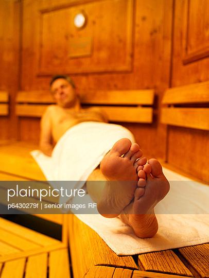 Mann in der Sauna  - p6430279f von senior images RF