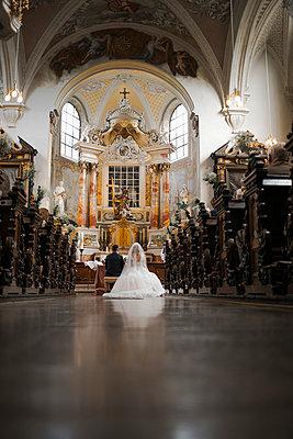 Wedding couple in the church - p680m2176367 by Stella Mai