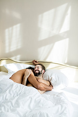 Schwules Paar im Bett - p787m2115263 von Forster-Martin