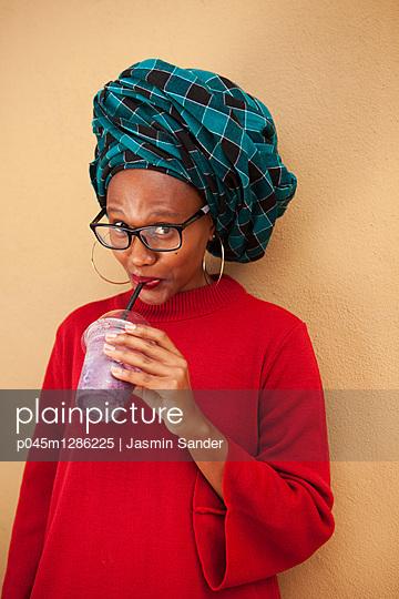 Afrikanerin trinkt Milchshake - p045m1286225 von Jasmin Sander