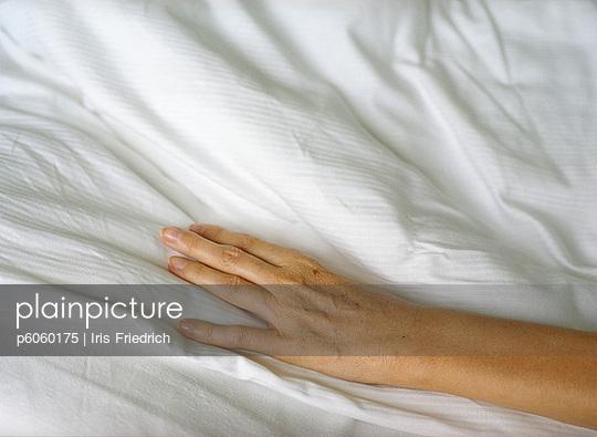 Hand auf Bettdecke - p6060175 von Iris Friedrich