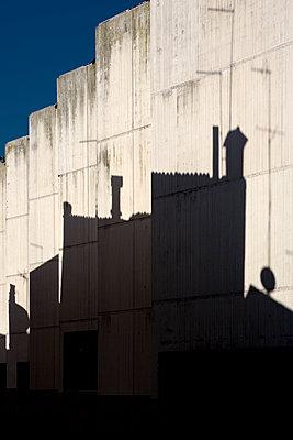Schatten einer Fassade an Betonwand - p1032m1110683 von Fuercho