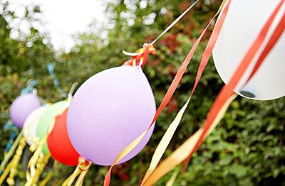 Luftballons als Deko - p1230m1041778 von tommenz
