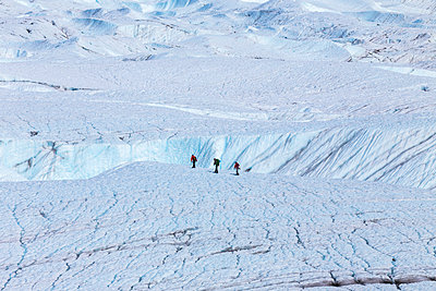 People cross Root Glacier in Wrangell-St. Elias National Park to participate in guided ice climbing, Southcentral Alaska, USA - p442m1225065 by Steven Miley