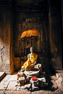 Offerings at shrine in Angkor Wat, Siem Reap, Cambodia - p555m1311763 by Inti St Clair photography