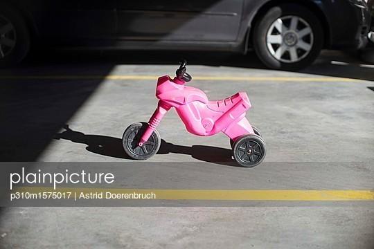 Rosa Rennmaschine - p310m1575017 von Astrid Doerenbruch