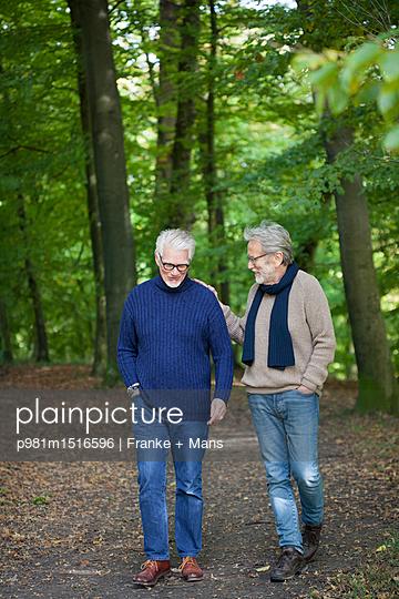 Spaziergang im Wald - p981m1516596 von Franke + Mans