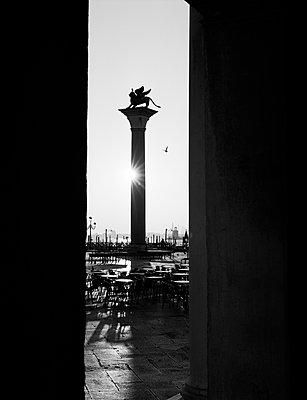 Säule des Markuslöwen auf dem Markusplatz am Morgen - p1493m1585679 von Alexander Mertsch