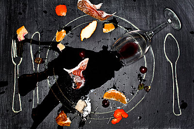 Wine glass and food spilled onto chalkboard - p555m1478546 by Nader Khouri