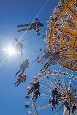 People tourists chain swing carousel Oktoberfest - p609m1473066 by OSKARQ