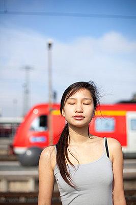 Young woman - p755m1000214 by Henrik Pfeifer
