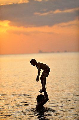 Akrobatik im Sonnenuntergang - p949m658271 von Frauke Schumann