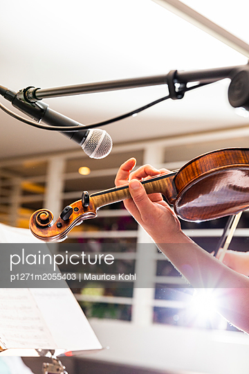 Playing the violin - p1271m2055403 by Maurice Kohl