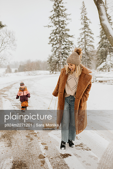 Canada, Ontario, Mother and daughter (2-3) on winter walk - p924m2271201 by Sara Monika