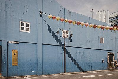 Lampions vor einer Fabrik - p1345m2055624 von Alexandra Kern
