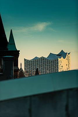Blick auf Elbphilharmonie über den Dächern der Hamburger Speicherstadt II - p1493m1584468 von Alexander Mertsch