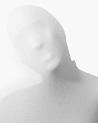 Mensch hinter einem Weißen Tuch - p1519m2064287 von Soany Guigand