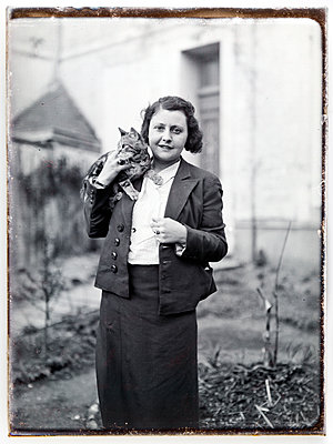 Vintage photograph, young woman with cat - p265m1487129 by Oote Boe