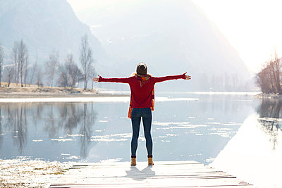 Young blond woman at a lake in winter - p300m2114662 by Josep Suria