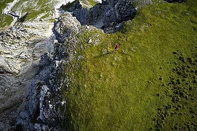 Man running in the mountains, drone view - p300m2166511 by Christian Vorhofer