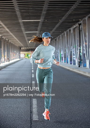 Woman jogging in Hamburg - p1678m2262294 by vey Fotoproduction