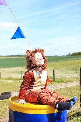 Kleiner Löwe nimmt Sonnebad - p045m1031238 von Jasmin Sander