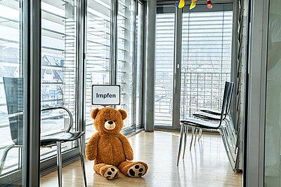 Teddybär im Wartezimmer einer Arztpraxis, Corona-Impfung - p1625m2254141 von Dr. med.