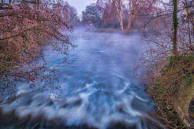 Grevenbroich, Erft river, weir and fog in the evening - p300m2079933 by Frank Röder