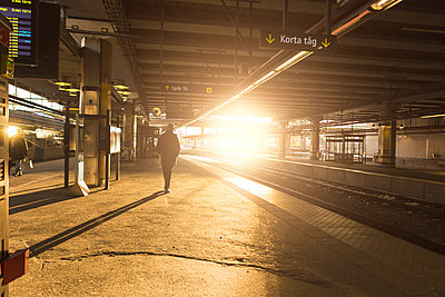Man at railroad station in Stockholm, Sweden - p352m1536580 by Calle Artmark