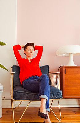 Verträumte Frau im Sessel - p432m1424165 von mia takahara