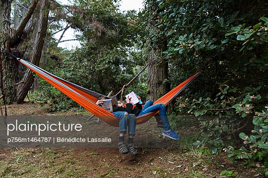 Children relaxing in a hammock - p756m1464787 by Bénédicte Lassalle
