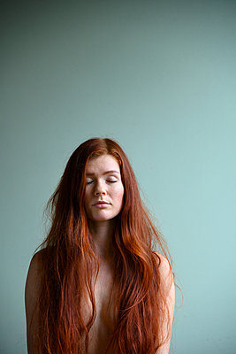 Nude with long red hair and closed eyes - p427m2181289 by Ralf Mohr