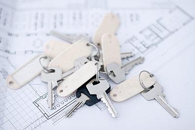 a bundle of keys lying on an architect's plan - p555m1419225 by Chris Sattlberger