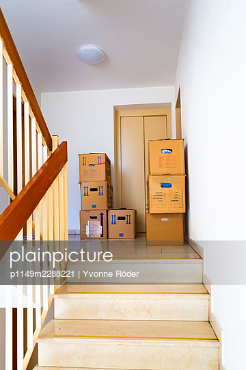 Moving house - p1149m2288221 by Yvonne Röder