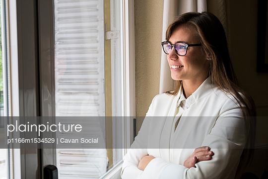 plainpicture   Photo library for authentic images - plainpicture p1166m1534529 - Female lawyer looking throu... - plainpicture/Cavan Images/Cavan Social