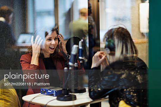 Women broadcasting from radio station - p312m2208118 by Plattform