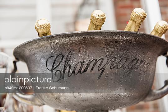Champagner Flaschen - p949m1200307 von Frauke Schumann