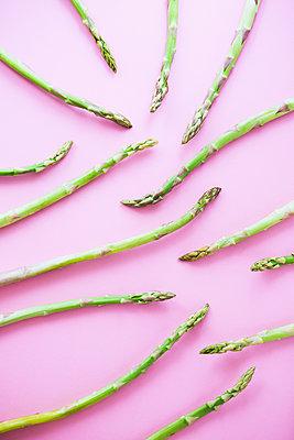 Green asparagus - p1149m2098899 by Yvonne Röder