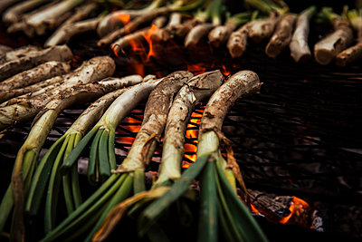 Close-up of scallions on barbecue grill outdoors - p300m2264402 by Aitor Carrera Porté